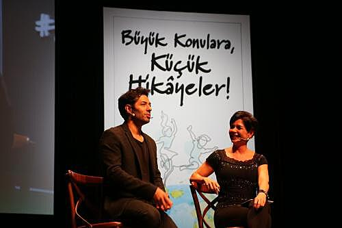 Actor and founder of İhtiyaç Haritası Mert Fırat and journalist Özlem Gürses who was the host of Darüşşafaka Roof Talks